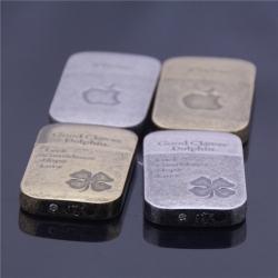 Bật lửa đánh đá kiểu dáng hoài cổ in hình quả táo Iphone và cỏ 4 lá - Mã SP: BL09066
