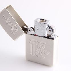Bật lửa sạc điện không dùng ga kiểu dáng zippo mẫu 35 khắc rồng nhỏ trên nắp MS66 059 - Mã SP: BL00629
