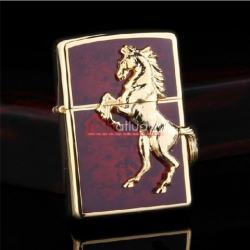 Bật lửa Zippo chính hãng mặt đỏ mặt ngựa vàng nổi - Mã SP: BL09973