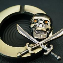 Gạt tàn thuốc nắp đậy khắc hình biểu tượng cướp biển đầu lâu kiếm chéo - Mã SP: BL01454