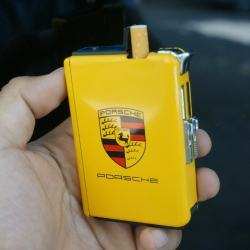 Hộp đựng thuốc lá đa năng kiêm bật lửa mang nhãn hiệu xe hơi nổi tiếng PORCHE màu vàng - Mã SP: BL09165