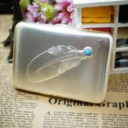 Hộp đựng thuốc lá màu bạc  in hình lông vũ gắn ngọc xanh mềm mại quyến rũ (loại 16 điếu) - Mã SP: BL01914